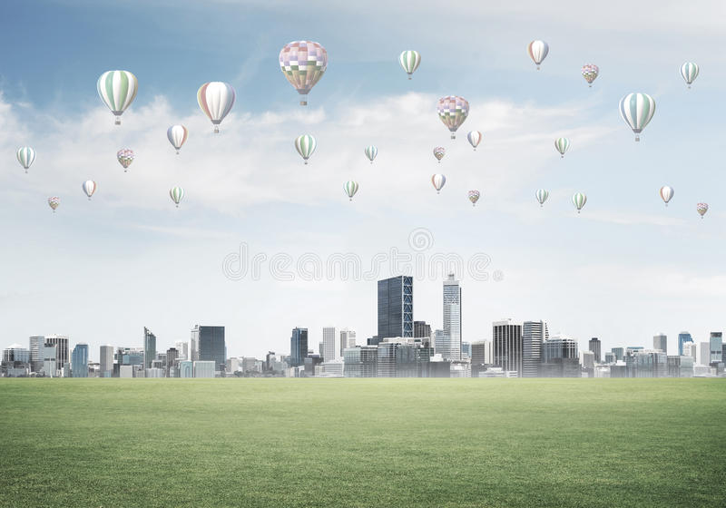 Concetto di vita di verde di eco con gli aerostati che volano sopra la città immagini stock libere da diritti
