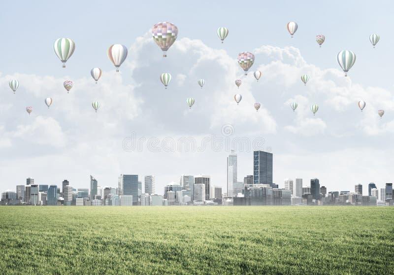 Concetto di vita di verde di eco con gli aerostati che volano sopra la città immagine stock