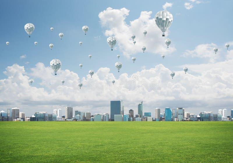 Concetto di vita di verde di eco con gli aerostati che volano sopra la città immagine stock libera da diritti