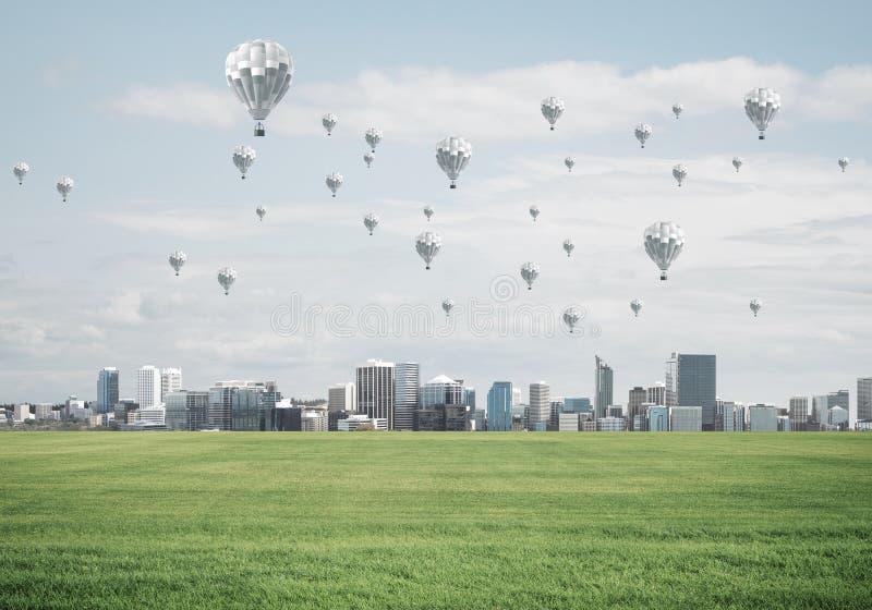 Concetto di vita di verde di eco con gli aerostati che volano sopra la città fotografia stock