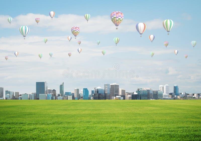 Concetto di vita di verde di eco con gli aerostati che volano sopra la città fotografie stock libere da diritti