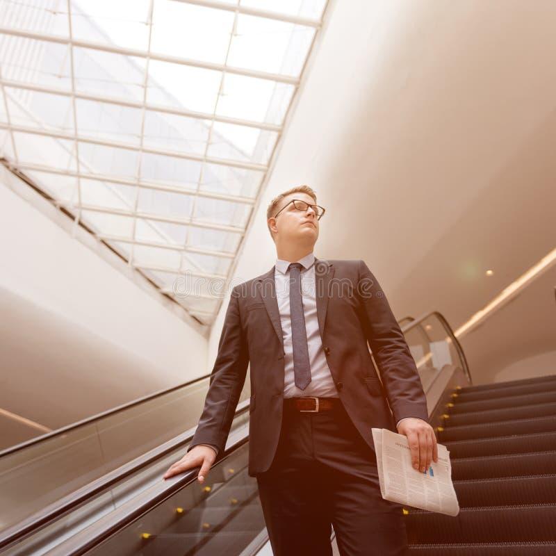 Concetto di Walking Down Escalator dell'uomo d'affari fotografia stock libera da diritti