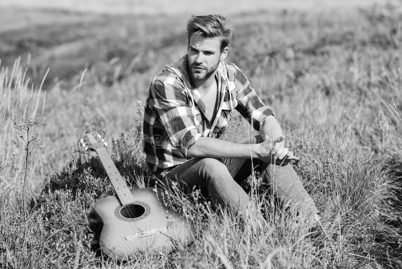 Concetto di Wanderlust Estate vacanze Highlands natura Umore pacifico Uomo con la chitarra contemplato dalla natura Ispirazione fotografia stock