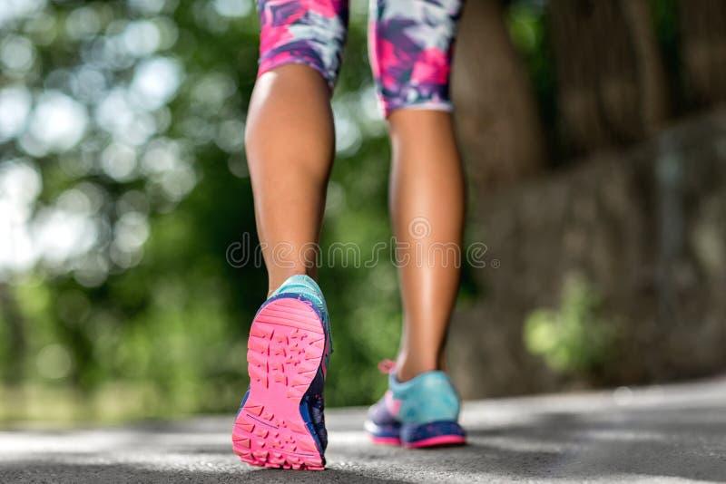 Concetto di welness di allenamento di trotto di alba di forma fisica della donna Piedi del corridore che funzionano sul primo pia fotografia stock libera da diritti