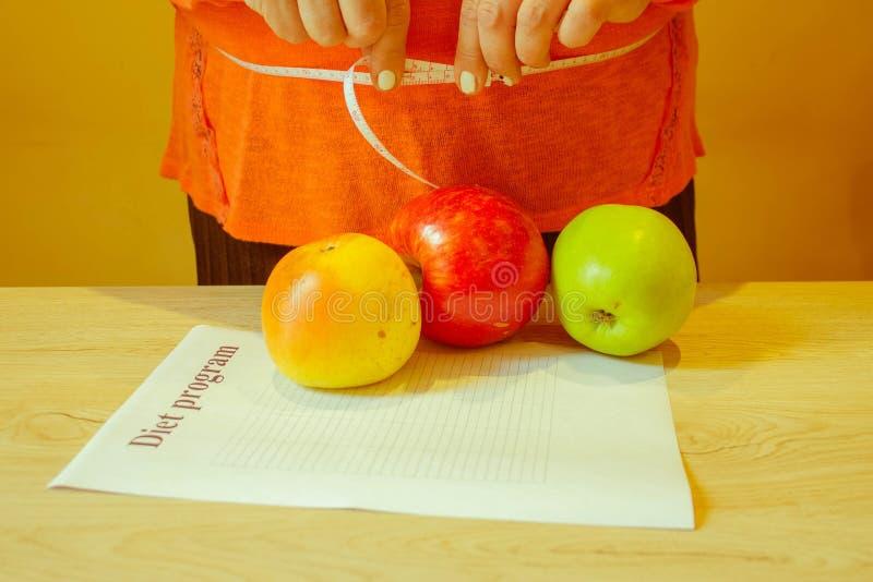 , Concetto, dieta, alimento, peso, perdita Nastro e mela di misurazione immagine stock libera da diritti