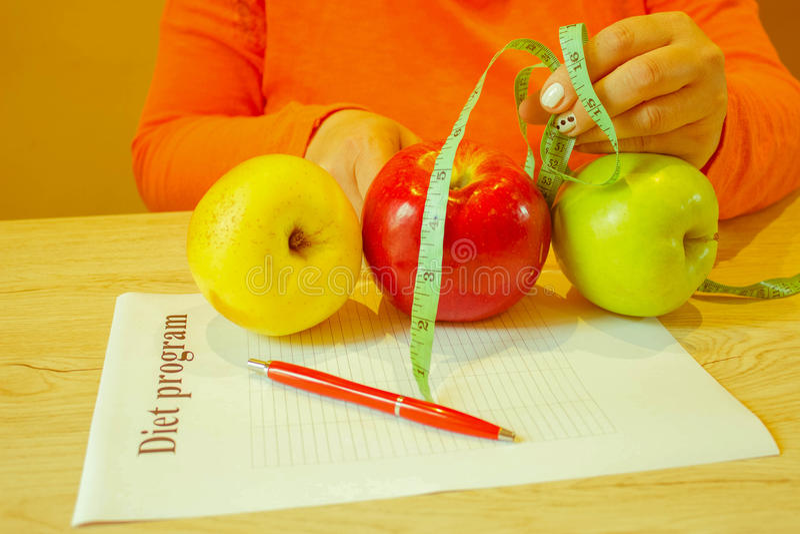 , Concetto, dieta, alimento, peso, perdita Nastro e mela di misurazione fotografia stock libera da diritti
