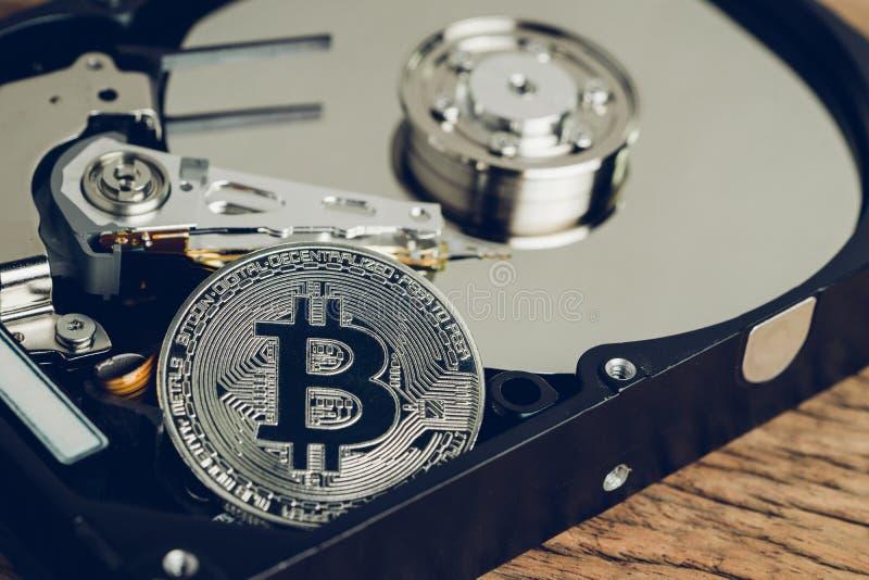 Concetto digitale dei soldi di valuta cripto di Bitcoin, moneta fisica del bitcoin del metallo brillante con il segno di B sull'u immagine stock