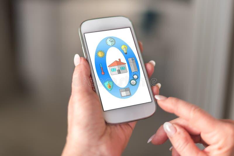 Concetto domestico astuto su uno smartphone immagine stock