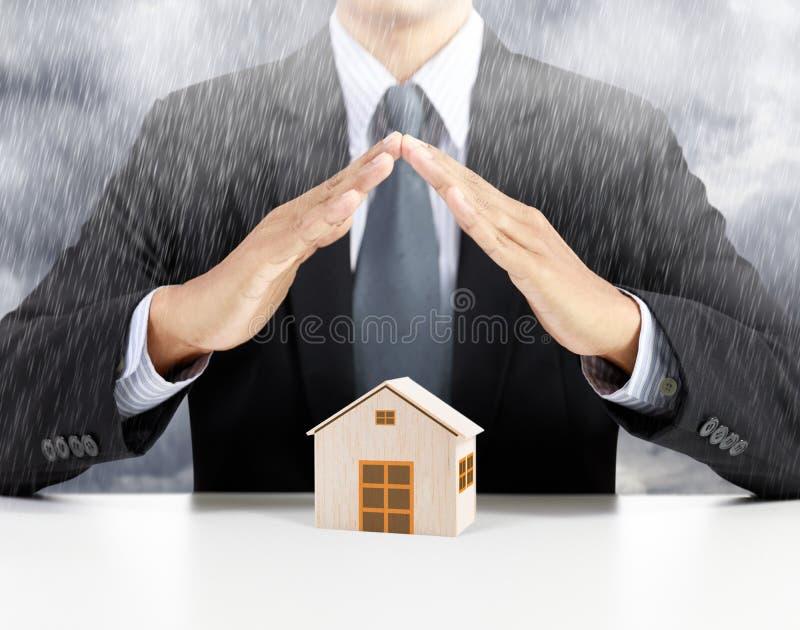Concetto domestico di assicurazione sotto pioggia fotografie stock libere da diritti