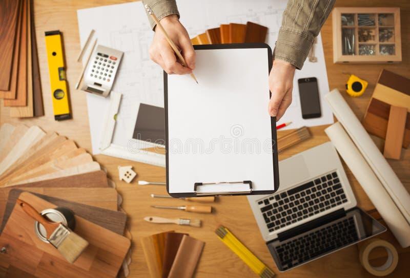 Concetto domestico di rinnovamento con la lavagna per appunti in bianco fotografia stock