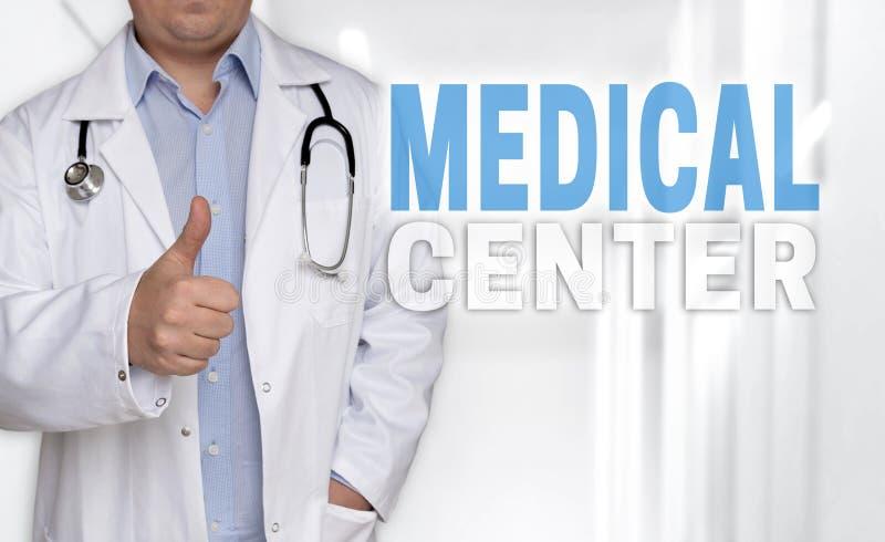 Concetto e medico del centro medico con i pollici su fotografie stock libere da diritti