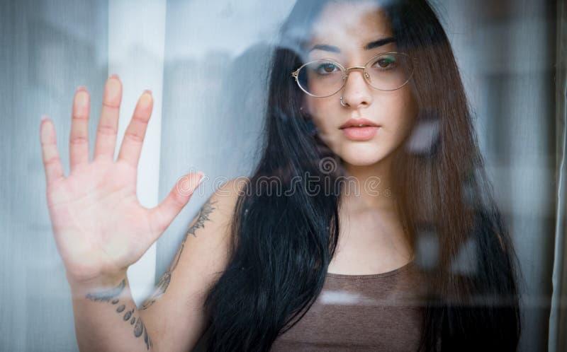 Concetto emozionale del ritratto dell'adolescente femminile immagini stock