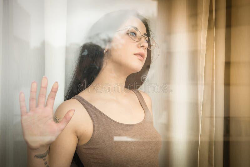 Concetto emozionale del ritratto dell'adolescente femminile fotografia stock libera da diritti