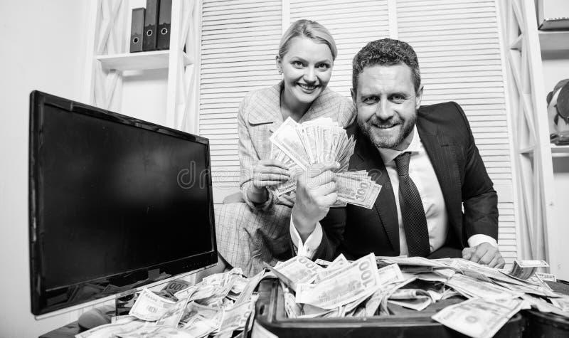 Concetto enorme di profitto Conteggio del profitto dei soldi girl finanziario tiene un pacchetto di piacere dei dollari Uomo d'af immagini stock libere da diritti