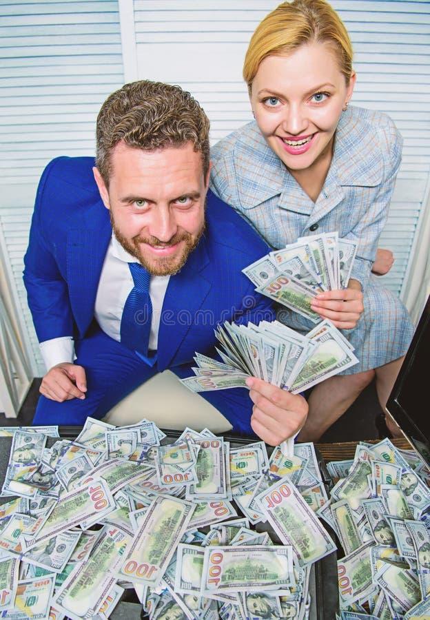 Concetto enorme di profitto girl finanziario tiene un pacchetto di piacere dei dollari Uomo d'affari dell'uomo e segretario della fotografia stock libera da diritti