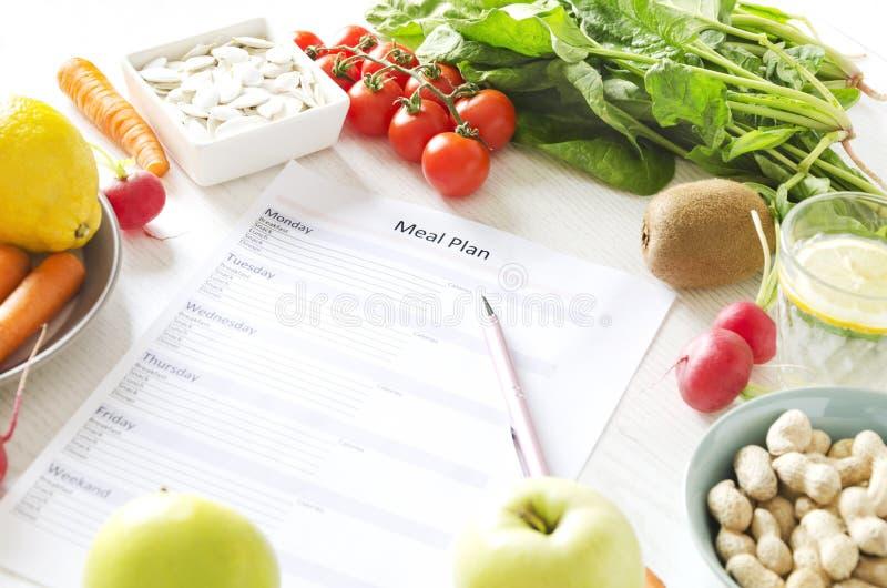 Concetto equilibrato di pianificazione del pasto e di nutrizione Frutta e verdure fresche, semi e dadi per lo stile di vita sano immagini stock libere da diritti