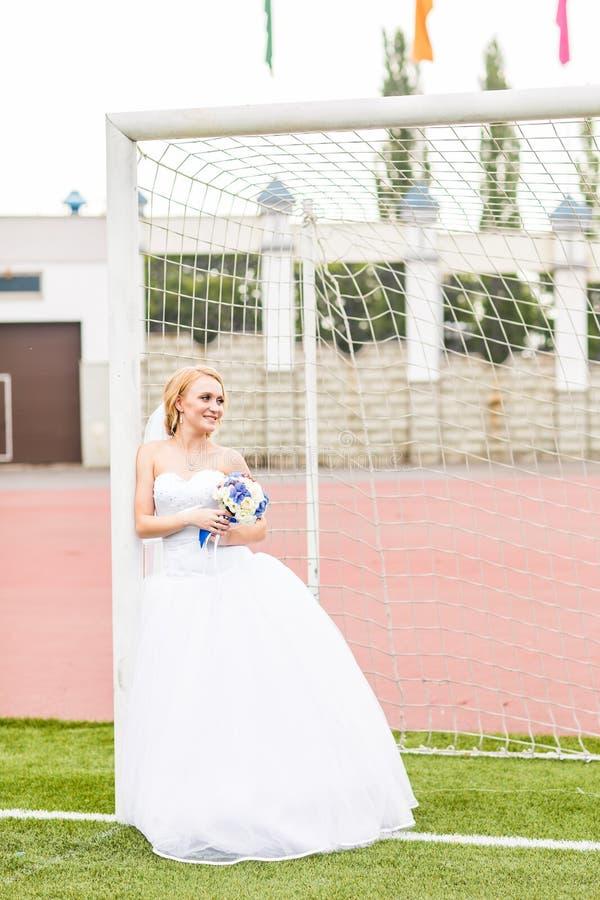 Concetto europeo di campionato di gioco del calcio Sposa sullo stadio di football americano immagini stock libere da diritti