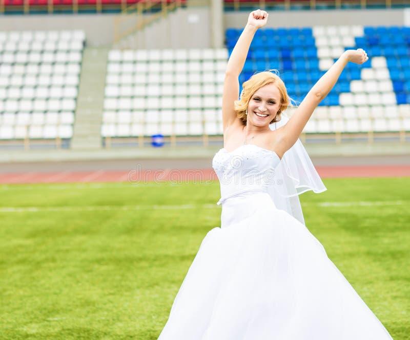 Concetto europeo di campionato di gioco del calcio Sposa sullo stadio di football americano immagine stock