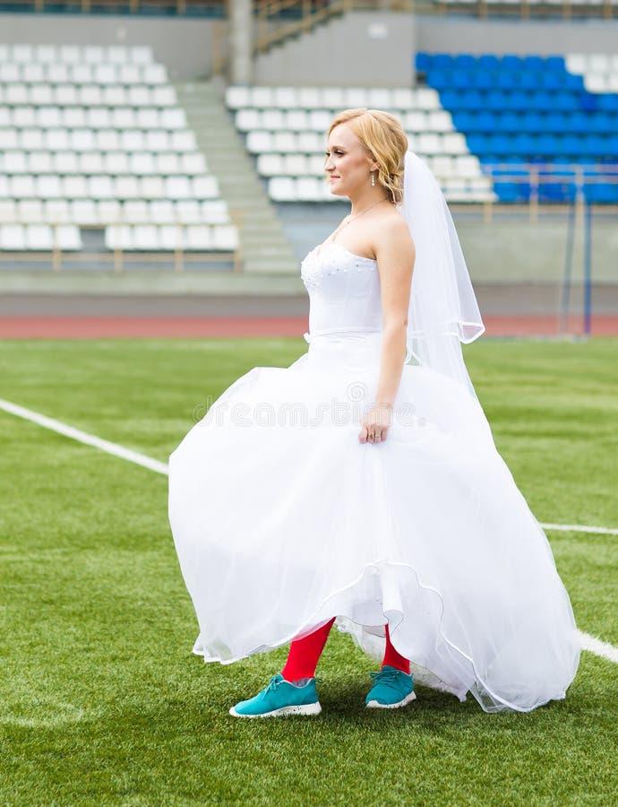 Concetto europeo di campionato di gioco del calcio Sposa sullo stadio di football americano fotografia stock