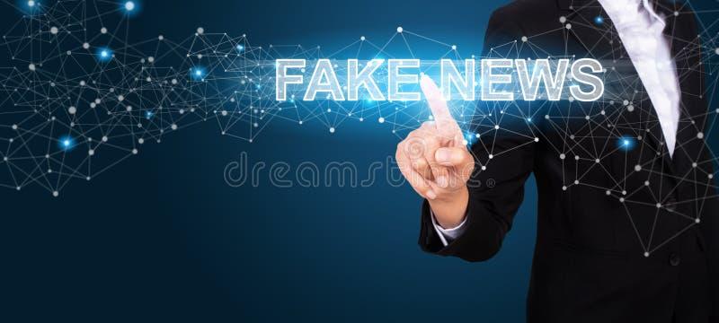 Concetto falso di notizie con la mano dell'affare che preme una falsificazione N del bottone immagine stock libera da diritti