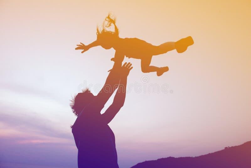 Concetto felice di giorno di padri della famiglia Figlia di lancio del padre fotografia stock libera da diritti