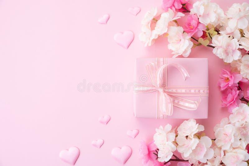 Concetto felice di giorno di madri o dei biglietti di S. Valentino fiore rosa con la scatola del cuore e di regalo della carta su immagine stock libera da diritti