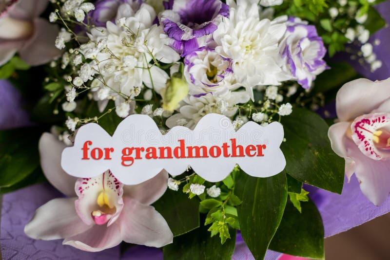Concetto felice di vecchiaia Bello mazzo dei fiori e delle orchidee differenti Priorità bassa floreale Cartolina d'auguri per fotografia stock libera da diritti