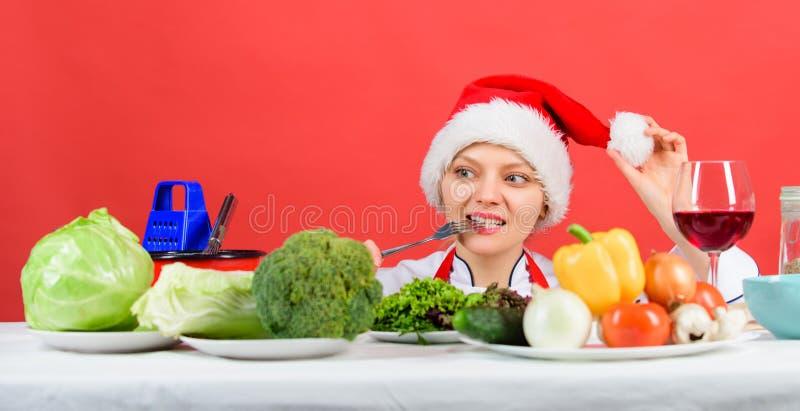 Concetto festivo del menu Idea della cena di Natale Ricette sane di festa di natale Cuoco unico o casalinga della donna che cucin immagini stock