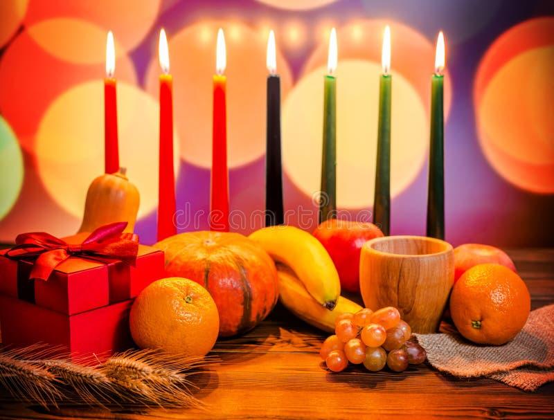 Concetto festivo di Kwanzaa con verdi sette candele rosse, nere e, immagini stock