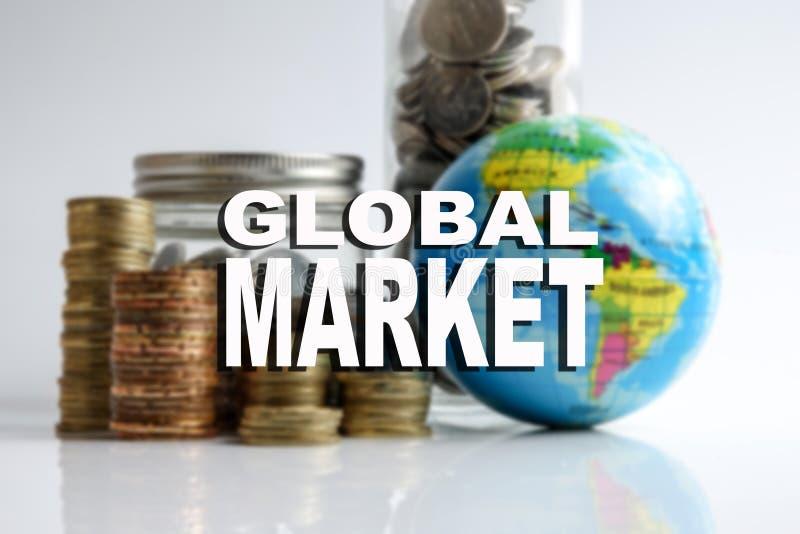 Concetto finanziario di economia globale con il globo della sfera, impilato delle monete e dell'iscrizione del MERCATO GLOBALE Im immagine stock libera da diritti