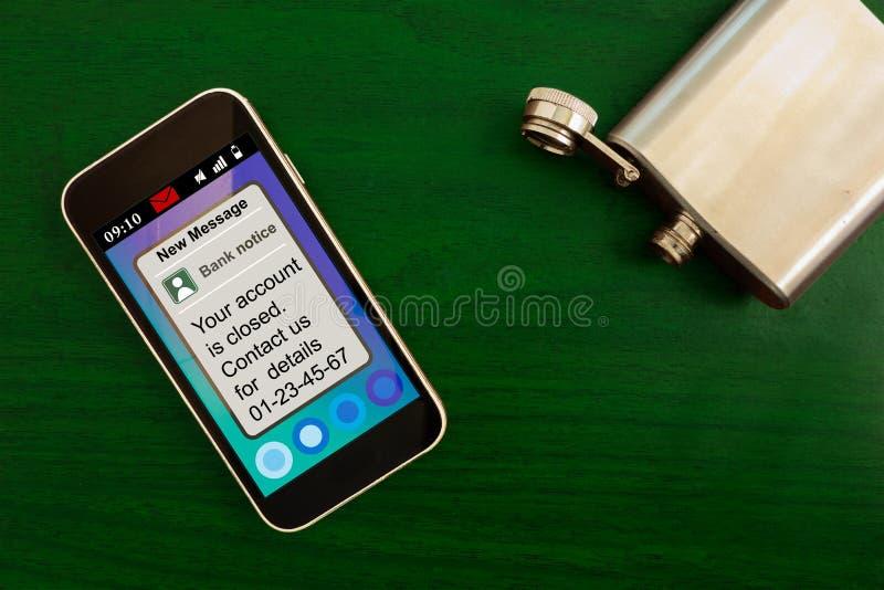 Concetto finanziario di problemi Messaggio di notifica della Banca sullo schermo dello smartphone e sulla boccetta vuota sulla ta fotografia stock
