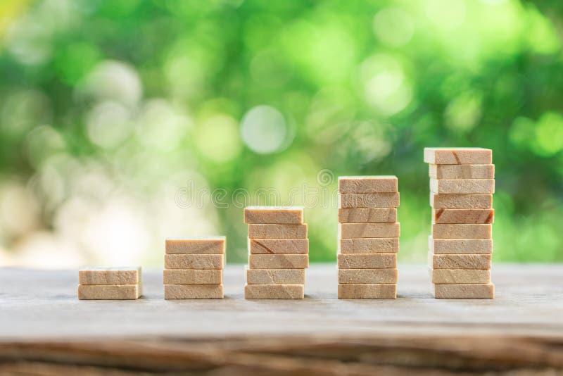 Concetto finanziario e di affari dei soldi, di crescita, pila di analisi degli investimenti di legno o investimento Il concetto d immagine stock libera da diritti