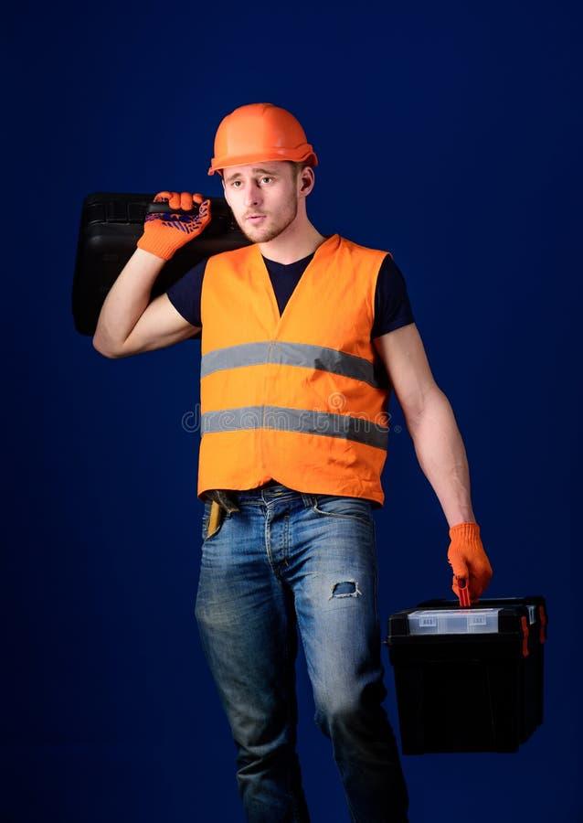 Concetto fornito del riparatore Il lavoratore, tuttofare, riparatore, costruttore sul fronte calmo porta la valigia con gli strum fotografia stock