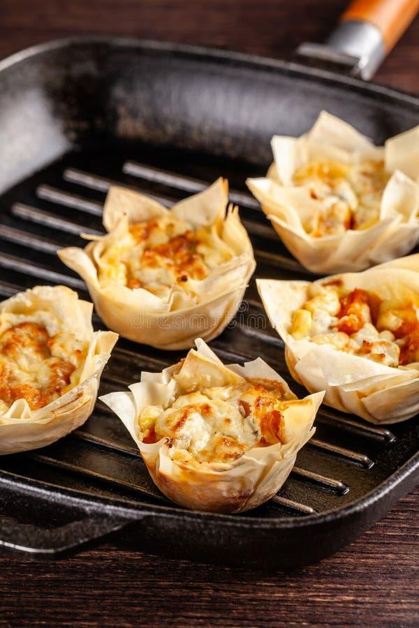 Concetto francese di cucina Mini dolce Kish dal formaggio di capra e della zucca con la pasta di filo Piatto bollente del bigné A immagini stock libere da diritti
