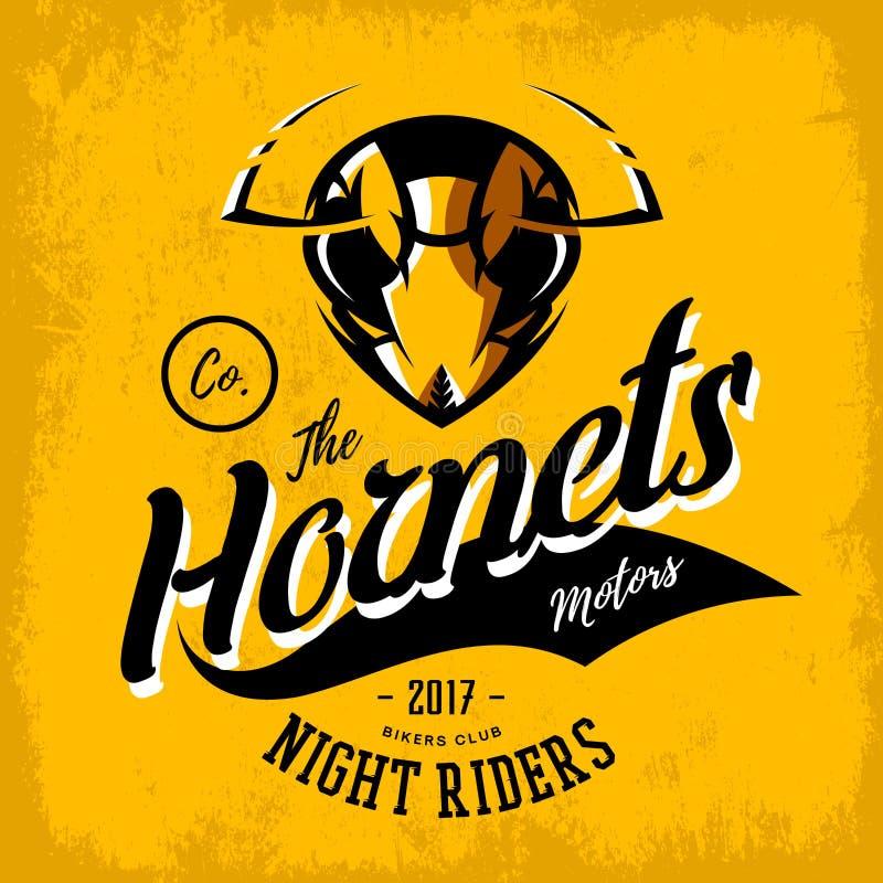 Concetto furioso d'annata di logo di vettore del club del gruppo dei motociclisti del calabrone su fondo arancio illustrazione di stock