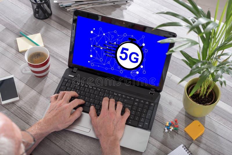 concetto 5g su un laptop immagini stock libere da diritti