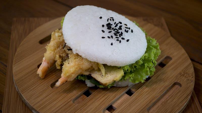 concetto giapponese dell'alimento Hamburger casalingo del riso di sushi con gamberetto fotografia stock libera da diritti