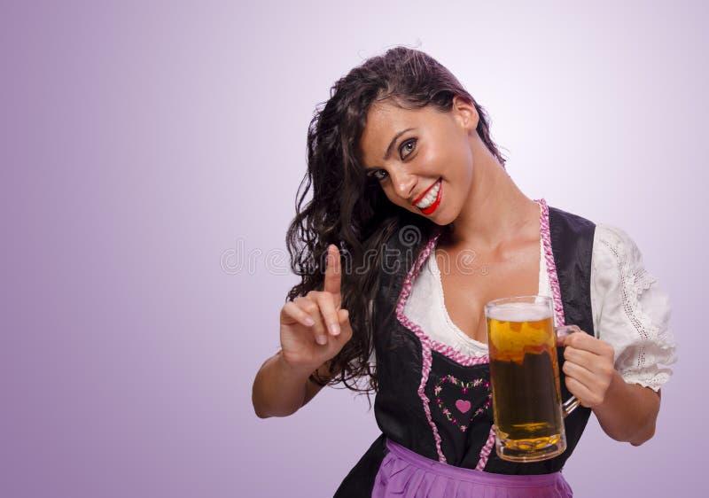 Concetto grazioso di Oktoberfest di ordine di ricezione della ragazza fotografie stock libere da diritti