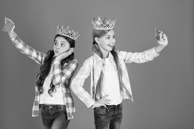 Concetto guastato dei bambini Principessa egocentrica I bambini indossano principessa dorata di simbolo delle corone Segnali di p immagine stock libera da diritti