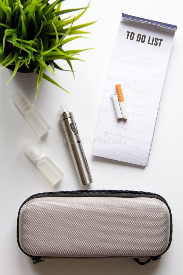 Concetto - i pericoli di fumo e della vista superiore della sigaretta elettronica fotografie stock libere da diritti