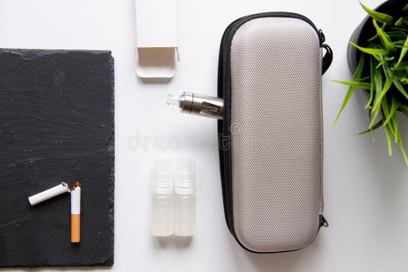Concetto - i pericoli di fumo e della vista superiore della sigaretta elettronica fotografie stock