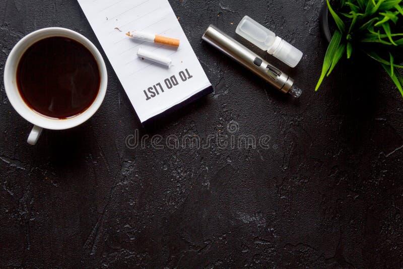Concetto - i pericoli di fumo e della vista superiore della sigaretta elettronica fotografia stock