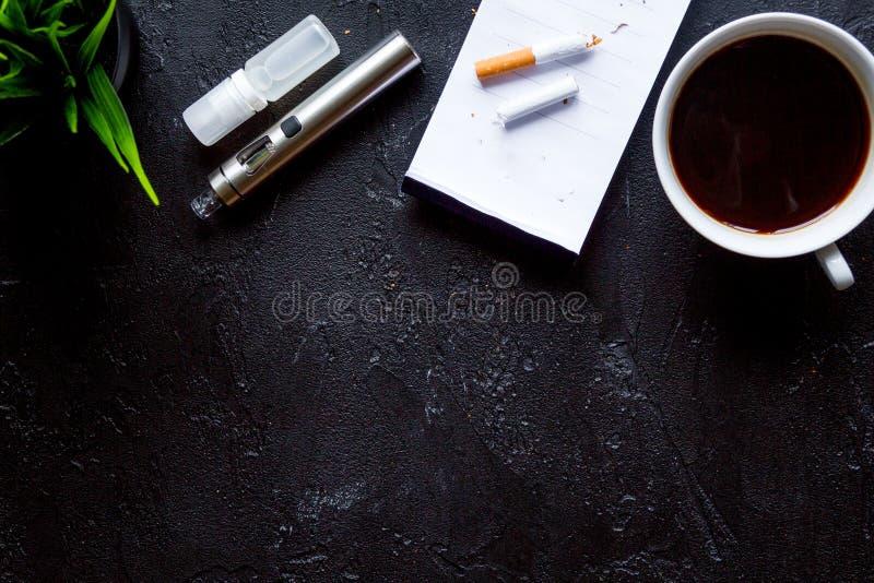 Concetto - i pericoli di fumo e della vista superiore della sigaretta elettronica fotografia stock libera da diritti
