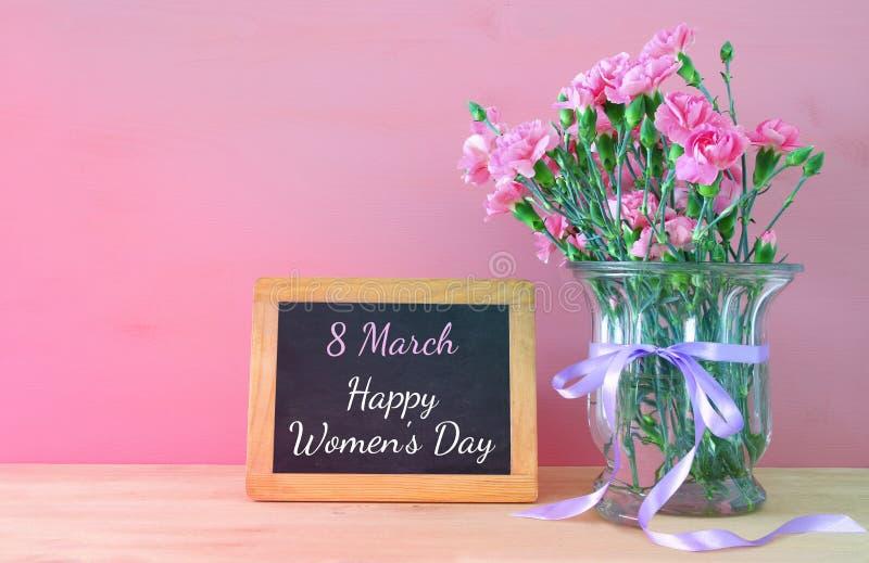 Concetto internazionale di giorno delle donne Mazzo dei fiori del garofano fotografie stock