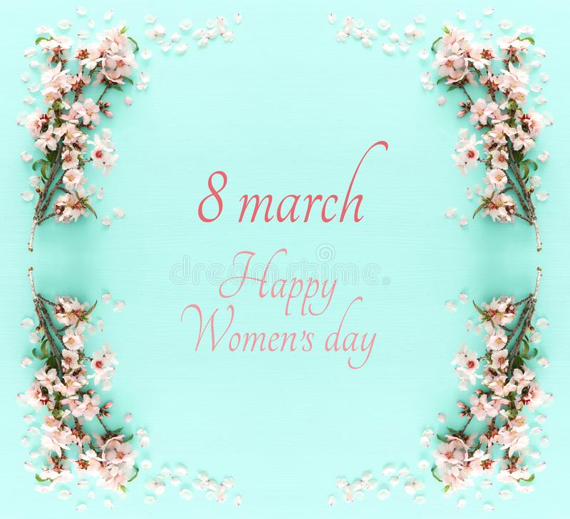 Concetto internazionale di giorno delle donne Testo della data e del ciliegio Immagine di vista superiore fotografia stock