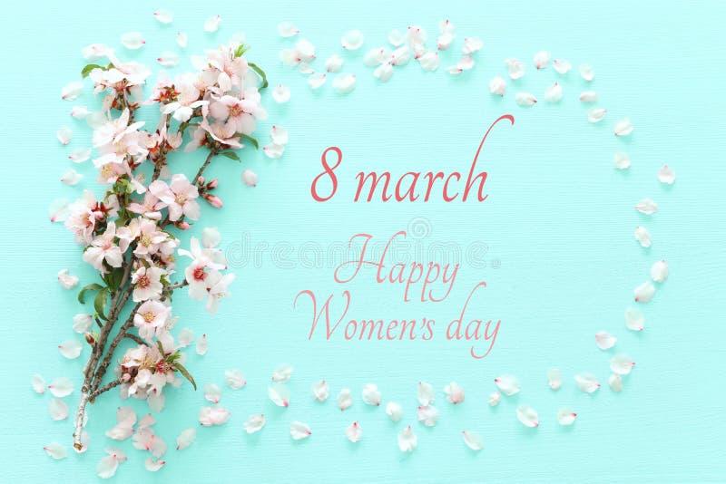 Concetto internazionale di giorno delle donne Testo della data e del ciliegio Immagine di vista superiore fotografie stock