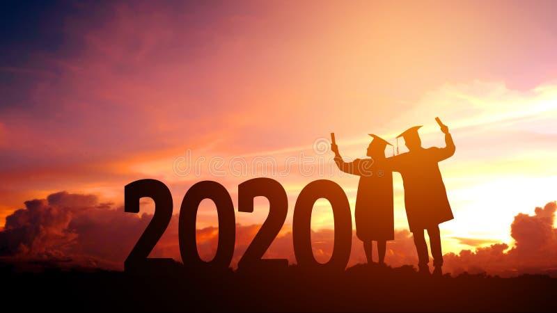 Concetto, libertà e buon anno di congratulazione di istruzione di 2020 del nuovo anno della siluetta della gente anni di graduazi fotografie stock