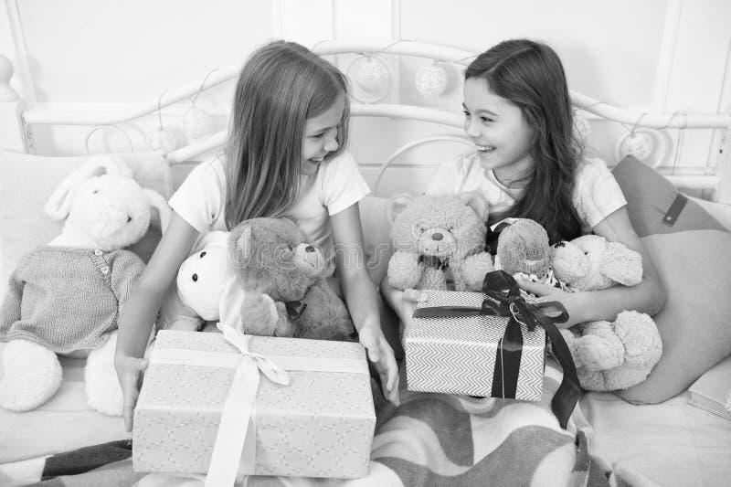Apriamo I Regali Di Natale.Apriamo Il Regalo Di Natale Concetto Di Felicita E Gioia Servizi Di Consegna Regali Piccola Ragazza Festeggia Il Natale Sono Cosi Fotografia Stock Immagine Di Cheerful Natale 161377682