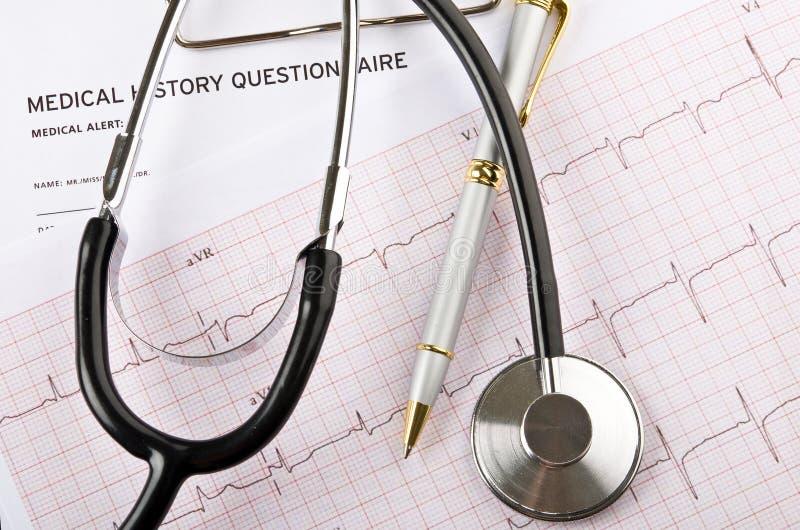 Concetto medico con lo stetoscopio ed il cardiogramma fotografia stock