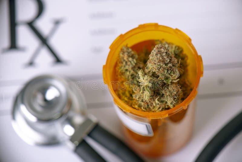 Concetto medico della marijuana con i germogli e lo stetoscopio asciutti della cannabis fotografie stock